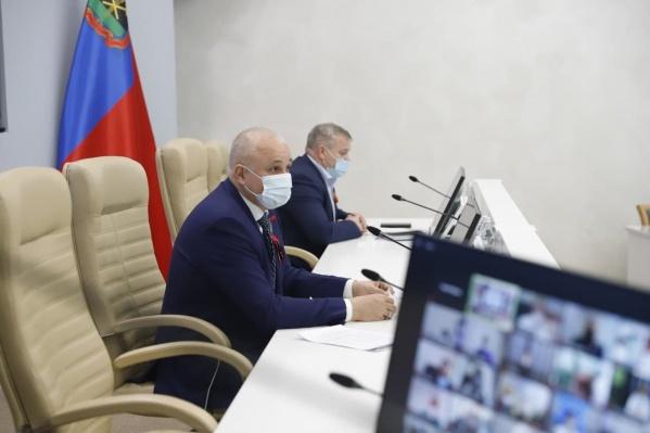 Губернатор Кузбасса провел видеоконференцию с главврачами региональных больниц