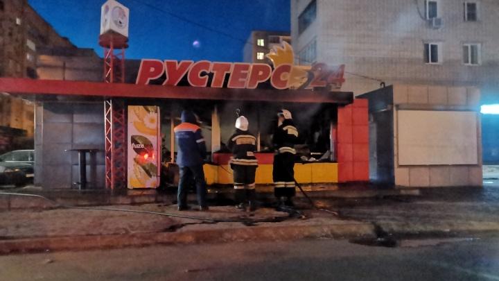 «Говорят, вспыхнуло масло»: на севере Волгограда сгорел павильон сети фастфуда