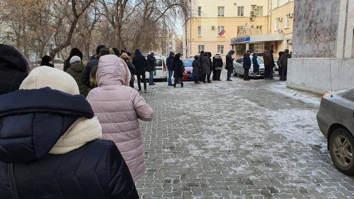 Стоят и на улице, и в здании: в Екатеринбурге выстроилась огромная очередь к приставам