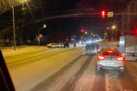 На некоторых дорогах движение затруднено из-за ДТП