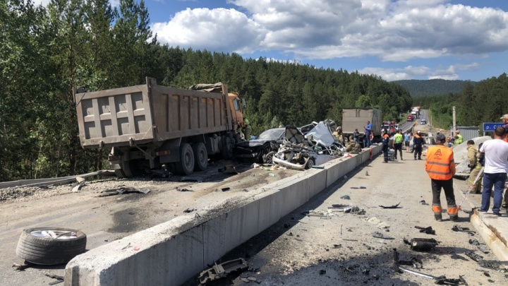 На трассе М-5 грузовик за секунды смял пять машин: видео смертельной аварии