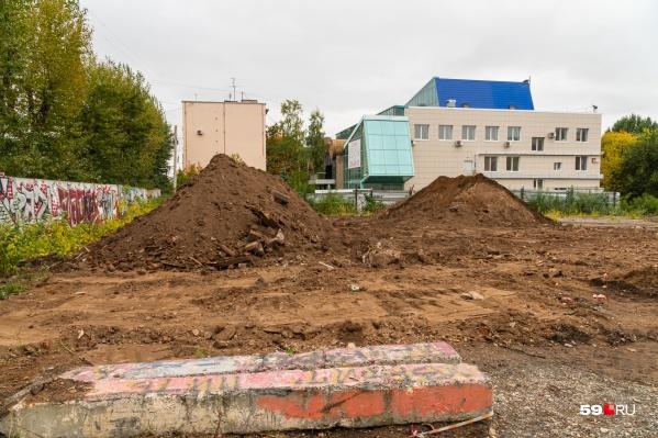 Раскопки идут на участках между гимназией № 17 и зданием, где раньше располагался ресторан «Живаго»