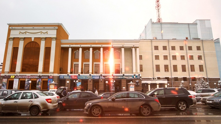 Оранжевые правительство, ФСБ и театр: как выглядели бы известные всем тюменцам здания в новом цвете