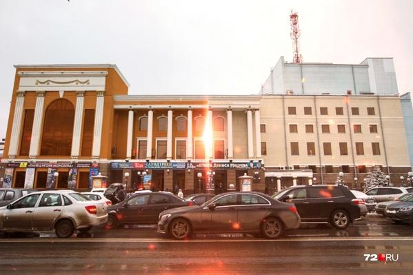 Так выглядело бы здание тюменской филармонии, выкрашенное в яркий оранжевый цвет. Как считаете, стало бы лучше или нет? Пишите в комментарии
