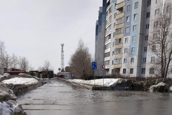Растаявший снег буквально затопил улицу Высоцкого