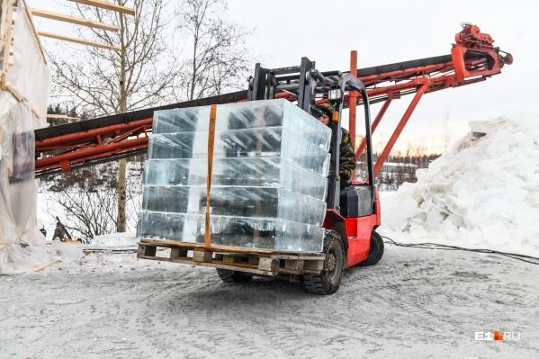 Заготавливают лед на карьере под поселком Северка