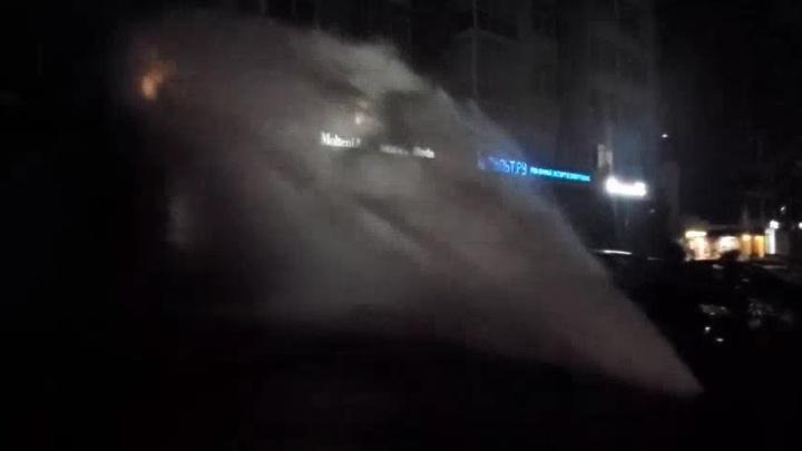 Залило салон дизайнерской мебели и квартиры: в центре Екатеринбурга бил фонтан горячей воды