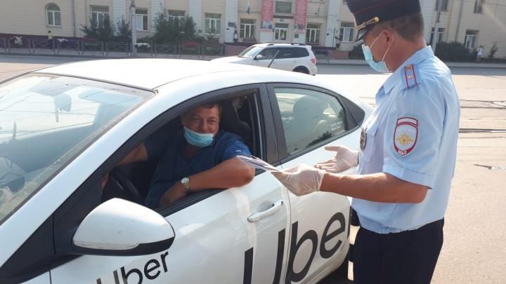 В Новосибирске проходят облавы на водителей такси: их гоняют с мигалками