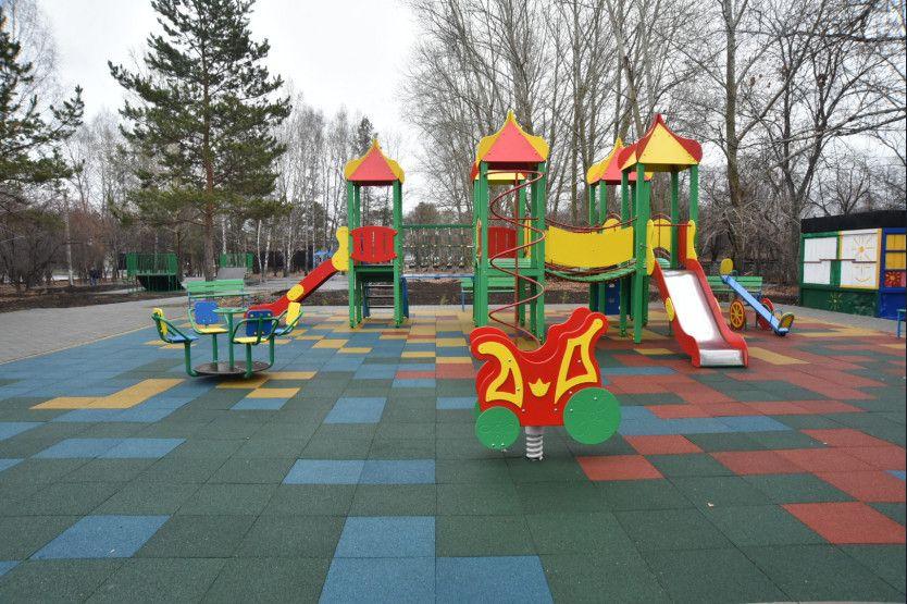 В детском городке положили резиновое покрытие