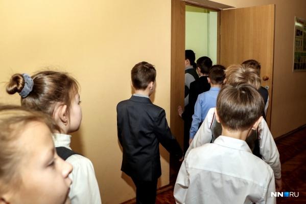По словам Глеба Никитина, одна неделя каникул не помогла бы справиться с распространением вируса в школах