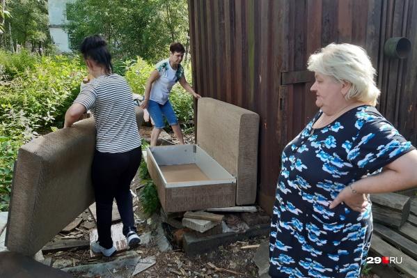Надежда Солдатова и ее соседки решили не отходить от дома. Из квартиры они вынесли для себя небольшой диван