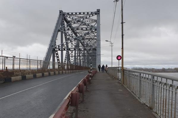 Пока мост открыт для пешеходов и поездов