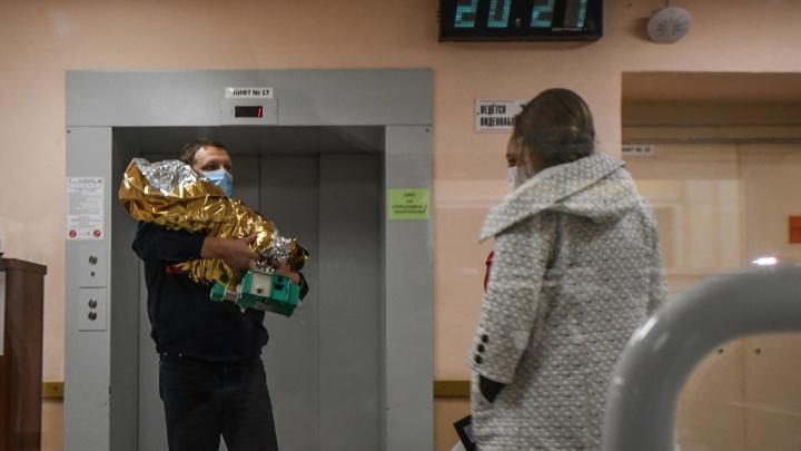 Поправилась на 200 граммов: малышка Полина из Карпинска понемногу набирает вес