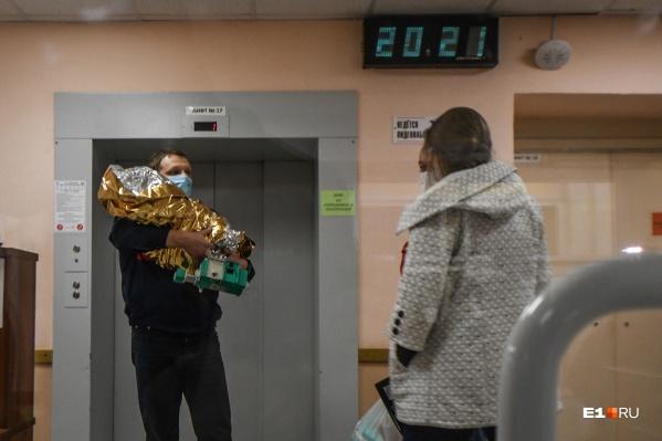 Девочку из Краснотурьинскав Екатеринбург доставил вертолет центра медицины катастроф