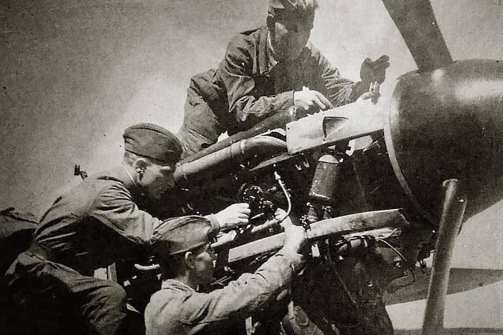 Иван Малахович Громов на этом фото сидит на самолёте сверху — он всю войну прослужил авиамехаником