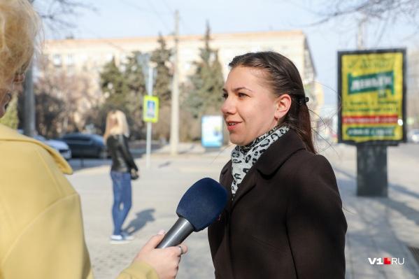 Жительница Сочи голосует за московское время