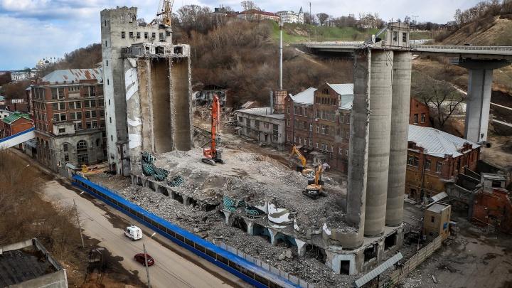 Элеватор на Черниговской почти стерт с лица земли: 15 атмосферных кадров с места работ