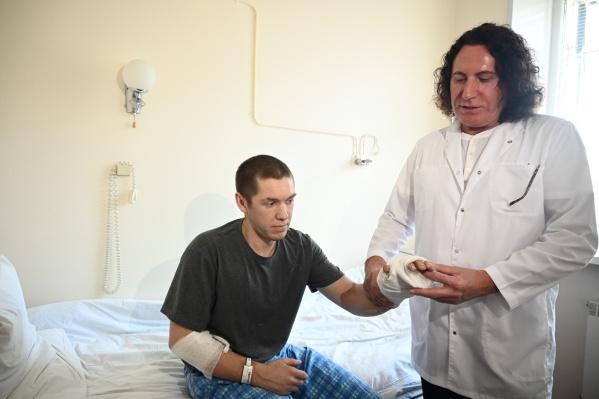 Хирург Александр Пухов (справа) дает хорошие прогнозы на восстановление — Михаил сможет пользоваться рукой как и раньше