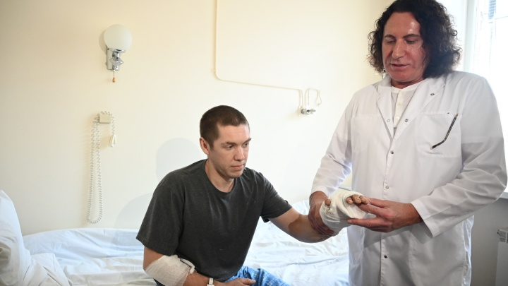 «Через перчатку затянуло руку»: челябинские хирурги спасли сварщику кисть, отрезанную ленточной пилой