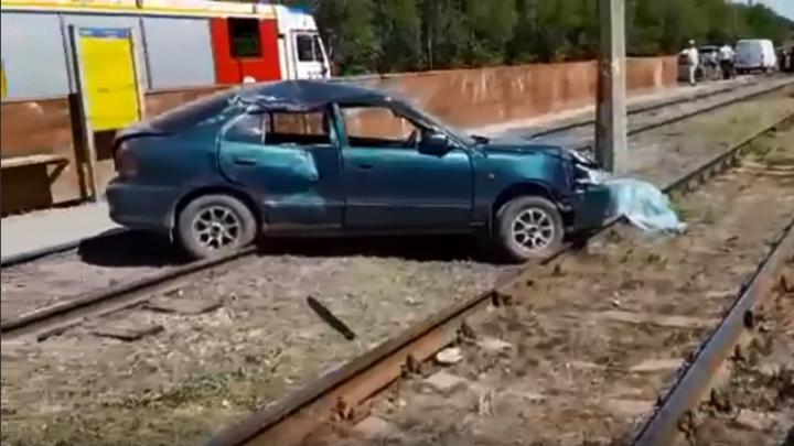 «Врезался в столб и отлетел на трамвайные пути»: в Волжском разбился водитель иномарки