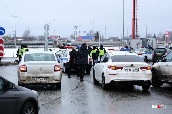 На выезде и въезде проверяют все машины
