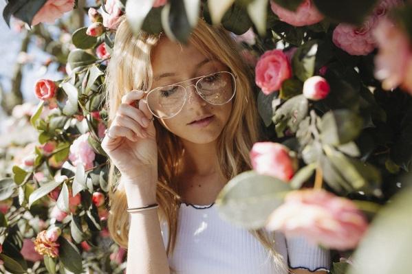 Коррекция зрения позволяет снять очки раз и навсегда, но многие до последнего откладывают операцию