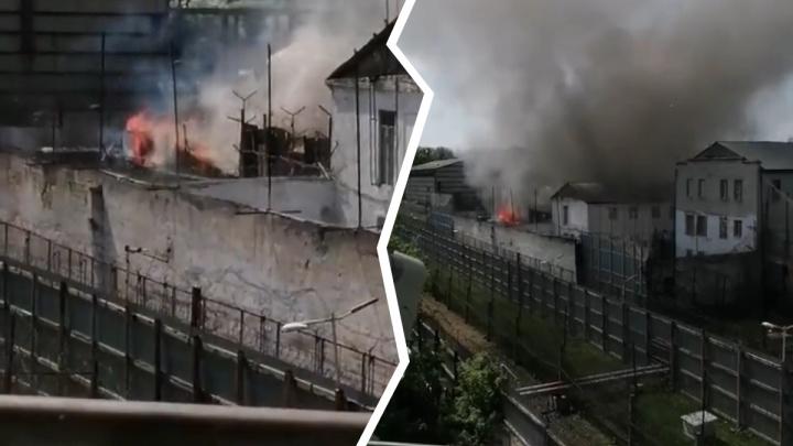 В Тюмени горит колония