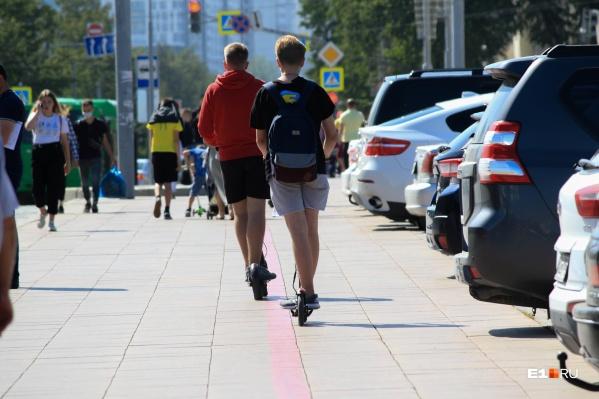 В центре Екатеринбурга пешеходам приходится ходить с оглядкой — их подстерегают самокатчики