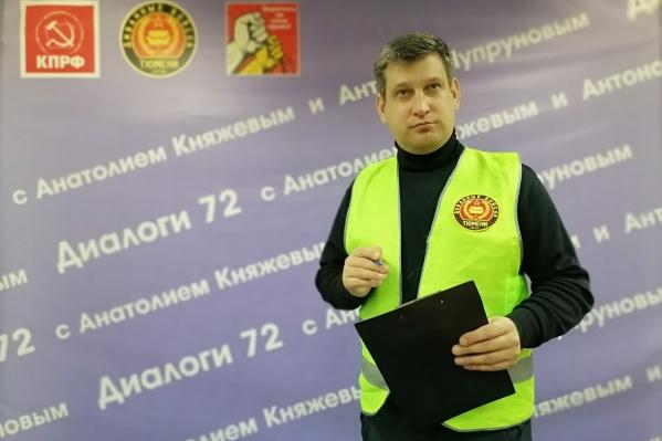 Анатолий Княжев на публике всегда появляется в брендированном зеленом жилете «Диванных войск»