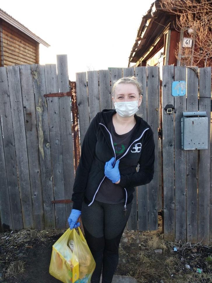Волонтеры носят маски и перчатки, соблюдая меры безопасности