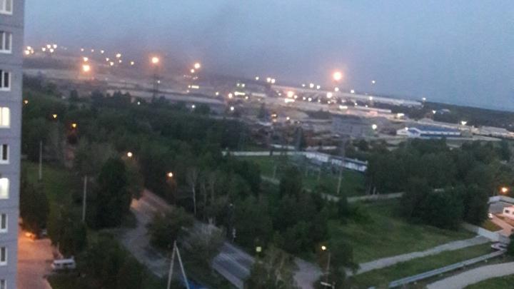 В Тюмени загорелся завод. Очевидцы рассказывают о хлопках