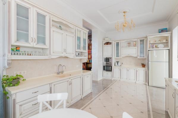 Интерьеры квартиры выполнены в классическом стиле