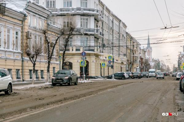 По мнению чиновников, платные стоянки помогут освободить центр города от авто