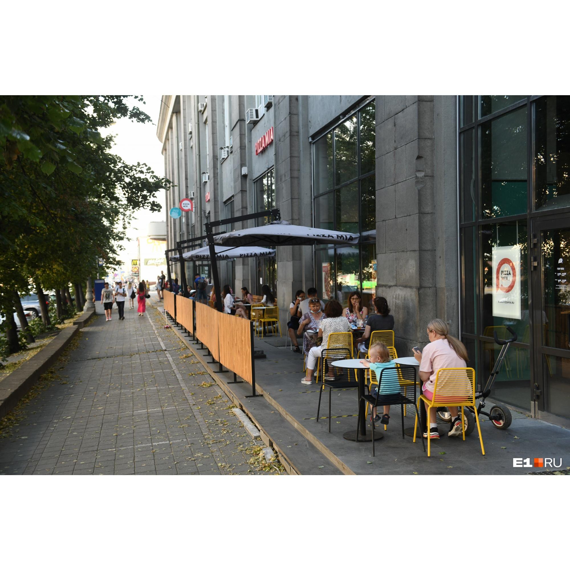 Согласно рекомендациям Роспотребнадзора, за столом могут сидеть не больше двух человек, не считая детей
