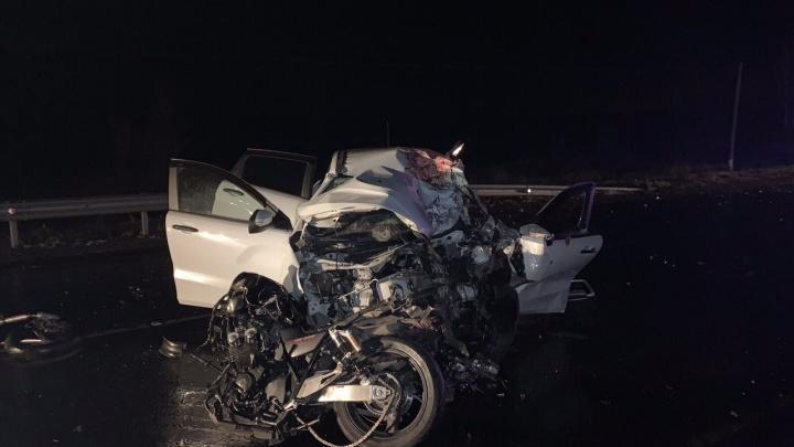 На трассе под Самарой мотоциклист протаранил Lada и погиб
