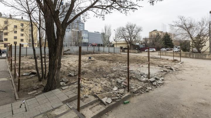Остались лишь куски бетона: на площади Чекистов разобрали заброшенный фонтан