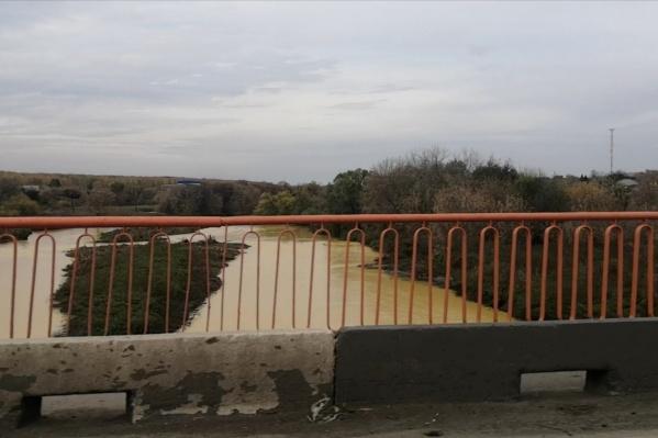 Цвет реки сейчас явно далёк от нормального