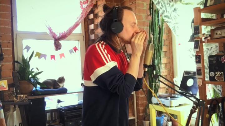 «Оставайся со мной в безопасном месте»: музыкант из новосибирской группы Ploho написал песню про карантин