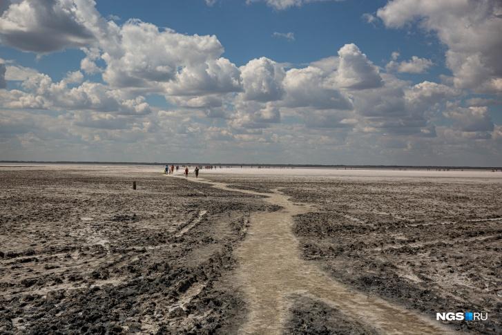 До воды идти примерно 200–300 метров