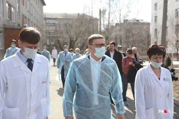 Министр здравоохранения Юрий Семёнов (слева) во время пандемии редко появлялся в публичном пространстве, но осенью этому была веская причина — болезнь