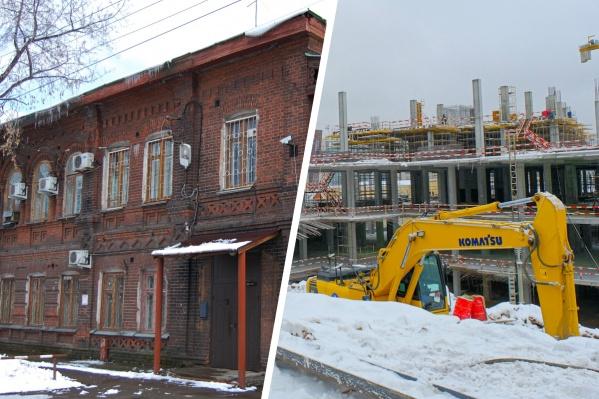 Слева — особняк Судоплатова, а справа — экскаватор, который стоит на месте снесенного дома