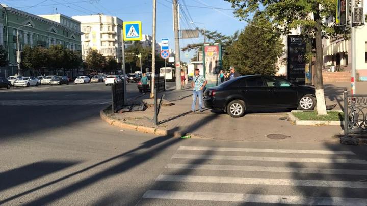 В центре Челябинска машина снесла чугунное ограждение и вылетела на тротуар