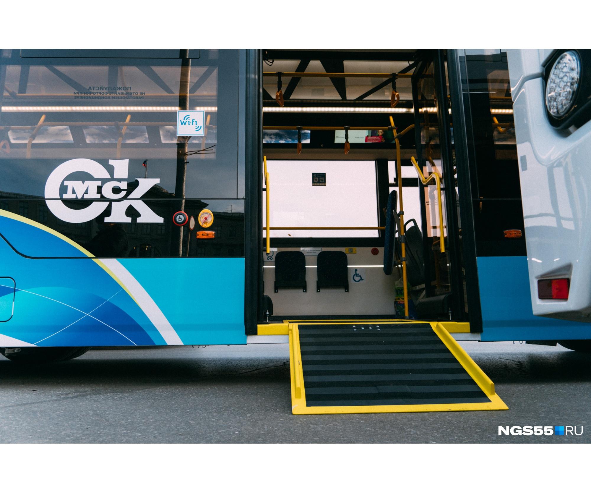 Транспорт доступен инвалидам. Они могут воспользоваться кнопками вызова и оповещения водителя, а также местом с фиксацией для инвалидной коляски