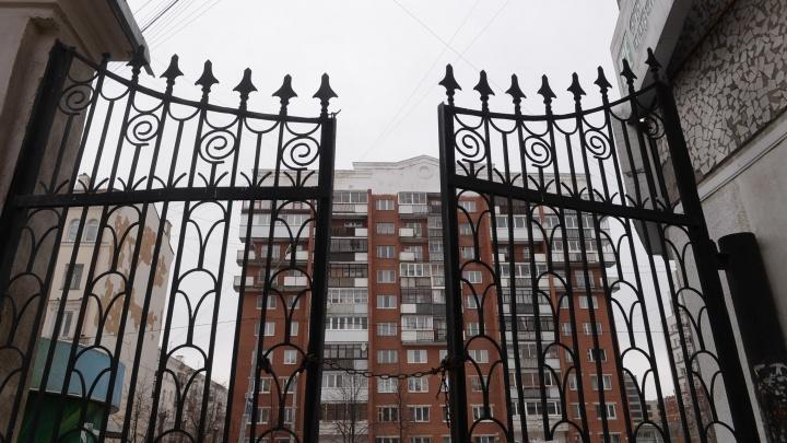 «Вышки с пулеметом и прожектором не хватает». Врач из Екатеринбурга — о заборах во дворах