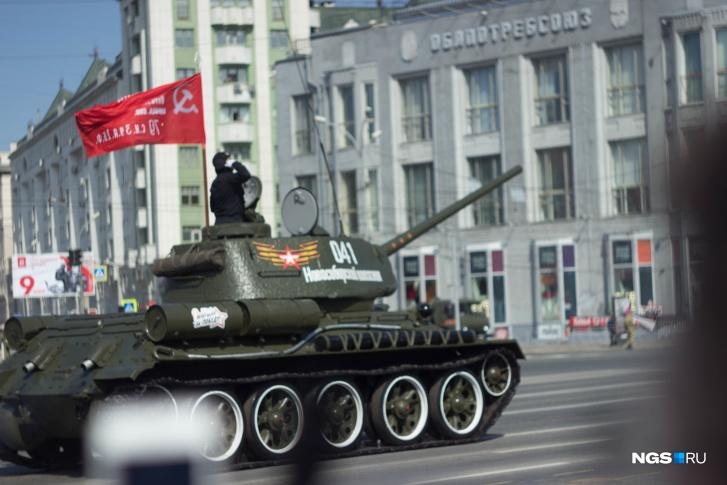 Механизированная колонна насчитывала 60 единиц вооружения и военной техники.Открывал колонну военной техники легендарный советский танк Т-34