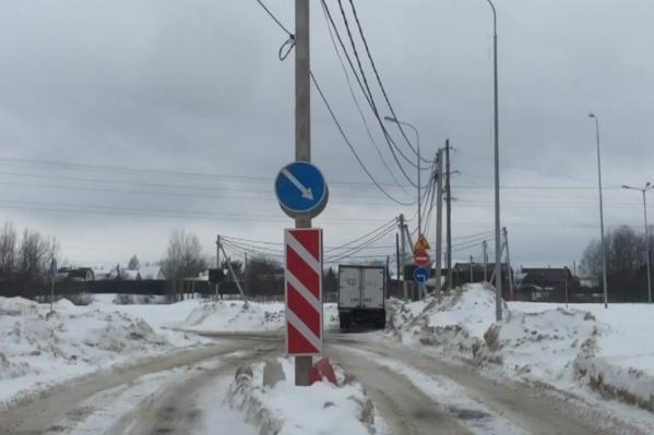 Автобусы не могут доехать до конечной в Заостровке из-за столба на дороге