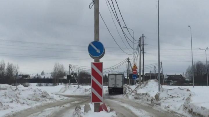 Почему посреди дороги в Заостровке оказался электрический столб? Отвечает прокуратура