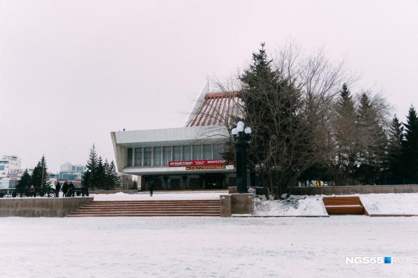 К Новому году Театральная площадь должна быть готова