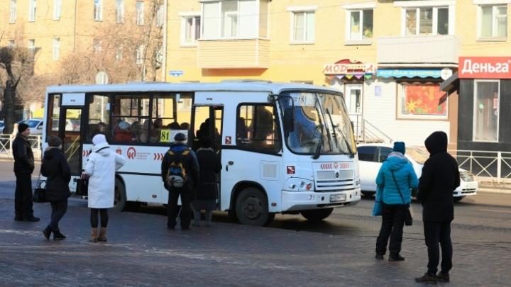 В автобусах стало вдвое меньше пассажиров. Их количество и время работы решено сократить