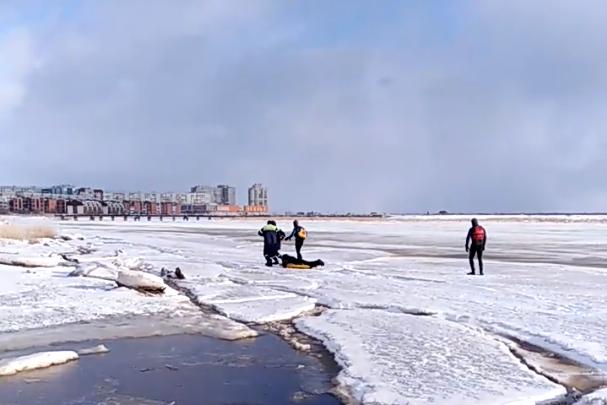 Как в Северодвинске спасали мужчину, провалившегося под лёд: видео